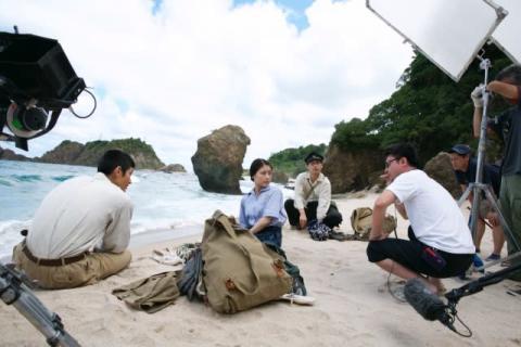 『映画 太陽の子』柳楽優弥にカメラ向ける三浦春馬など、メイキング画像公開