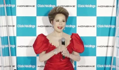 """デヴィ夫人、自転車で""""世界征服""""企む 赤ドレス姿でラスボス感「全部制覇しましょ!」"""