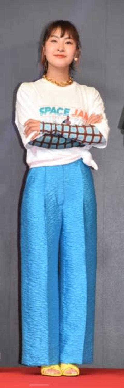 村上佳菜子、スタイル際立つウエストほっそり衣装 王冠とマント「優勝してもここまでやってもらえなかった!」