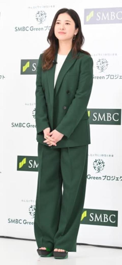 """吉高由里子、""""SMBC""""カラーの緑のスーツで登場「一生懸命探してくださった」"""