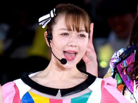村重杏奈、Tシャツまくりあげ…大胆美ボディ披露「えちすぎる」「最高!!たまりません」