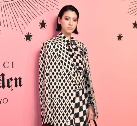 三吉彩花、グッチ100周年記念展で笑顔振りまく「インパクトのあるファッション」