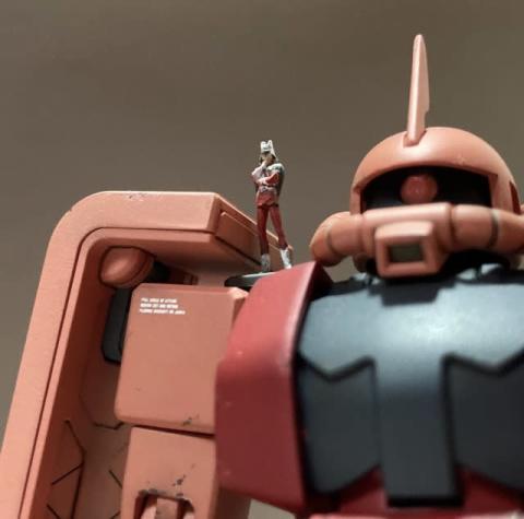 """「ザクヘッドこんなに大きいんだ」スケールを感じられる""""細かすぎる塗装""""のシャア、専用機・ザクIIの肩に乗り何を思う"""
