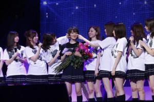 生駒里奈、卒業公演サプライズに感涙 NARUTO・両親らが手紙 AKB48曲も披露