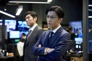 天才捜査官役の岩田剛典、冷静沈着な表情で大沢たかおを追いつめる… 映画『AI崩壊』場面写真解禁