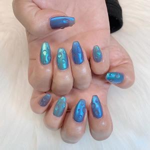澄んだ色に恋をした、夏気分を味わえる「ブルーネイル」。指先を透明感のある涼しげなカラーにしませんか?