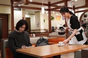 菅田将暉&有村架純がファミレスで出会う 『コントが始まる』第1話場面カット公開