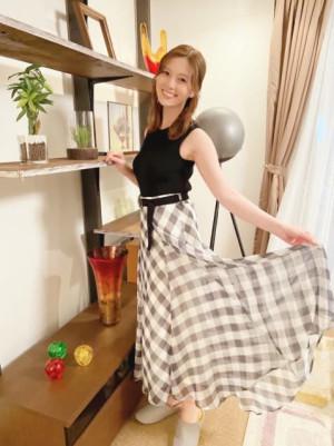 白石麻衣、チェックスカートをキュートに着こなし「乃木坂46時代を思い出しますね」